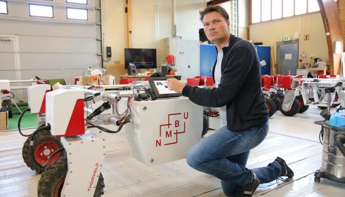 – Med tiden vil nok robotene gjøre så mange som mulig av de oppgavene som må gjøres ute på jordet, sier professor Pål Johan From.