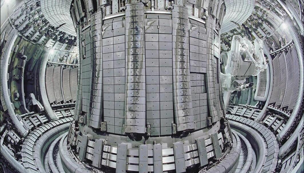 Inni denne maskinen kan det bli 100 millioner grader, som er varmere enn inni sola. Maskinen finnes i England og kalles JET.