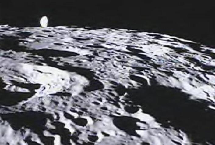 GRAIL-sondene Ebb og Flow har også kameraer ombord, kalt MoonKAM. Disse kan styres av skoleelever i USA. Her har MoonKAM fotografert jorda som stiger opp over sydpolområdet på månen. (Foto: NASA/Caltech-JPL/MIT/SRS)