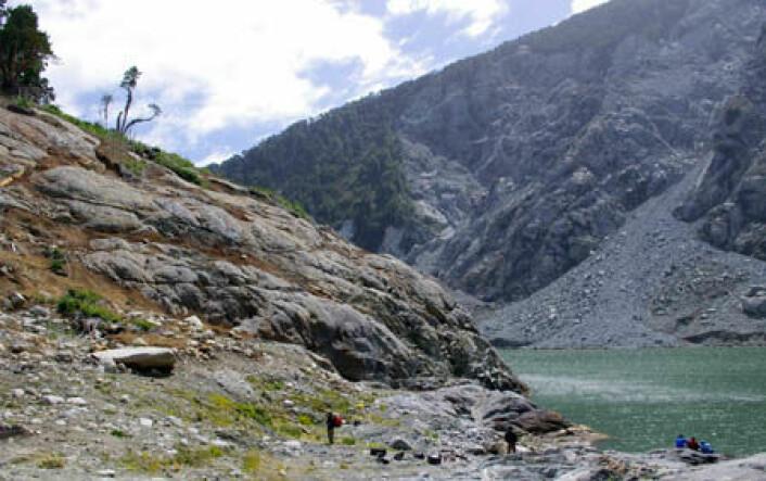 Denne fjellknausen er 70 meter høy og var dekket av vegetasjon før skredet og flodbølgen i 2007. Nå er den spylt ren. (Foto: Reginald Hermanns/NGU)