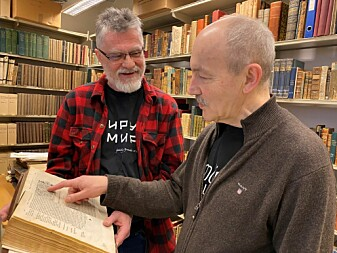 "Bibliotekar Ivar Stokkeland (t.v.) og historiker Rune Blix Hagen med bokverket <span class="" italic"" data-lab-italic_desktop=""italic"">Historien om de nordiske folk</span>."