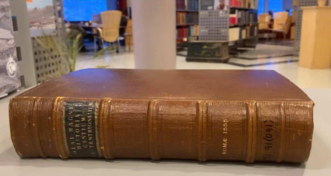 Et eksemplar av Olaus Magnus sitt bokverk «Historien om de nordiske folk» fra 1555 er å finne i polararkivet ved Norsk Polarinstitutt.