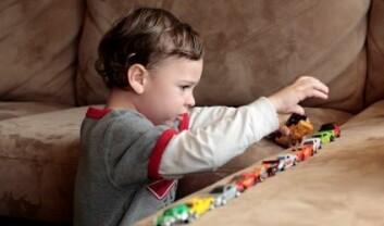 Barn med autisme gjentar ofte seg selv, og er lite interesserte i sosial kontakt med andre. En overdose av en enkel type fettsyre i hjernen ga rotter lignende symptomer. (Illustrasjonsfoto: Istockphoto)