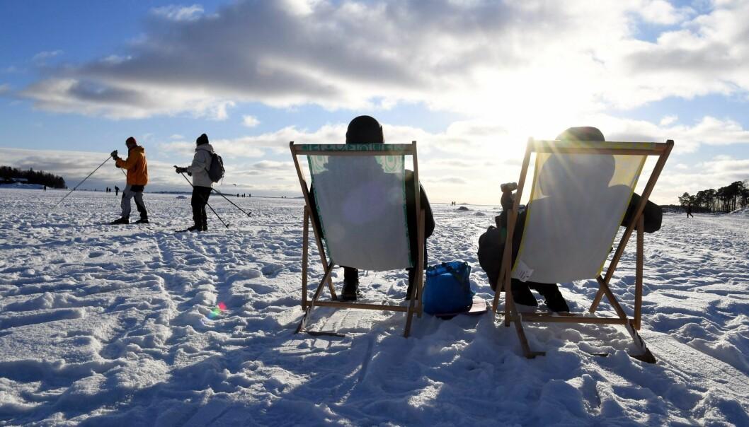 Finnene kunne kose seg med penvær i Helsingfors på valentinsdagen 14. februar. Finland har registrert noen av de laveste koronadødstallene i Europa, men en smitteoppblomstring kaster nå skygge over landets pandemihåndtering.