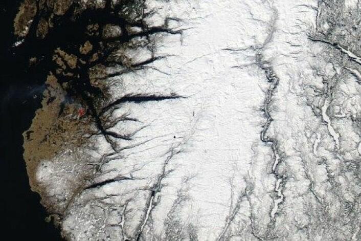 NASA har avmerka med rødt der satellitten har målt uvanlig sterk varme. (Foto: NASA)