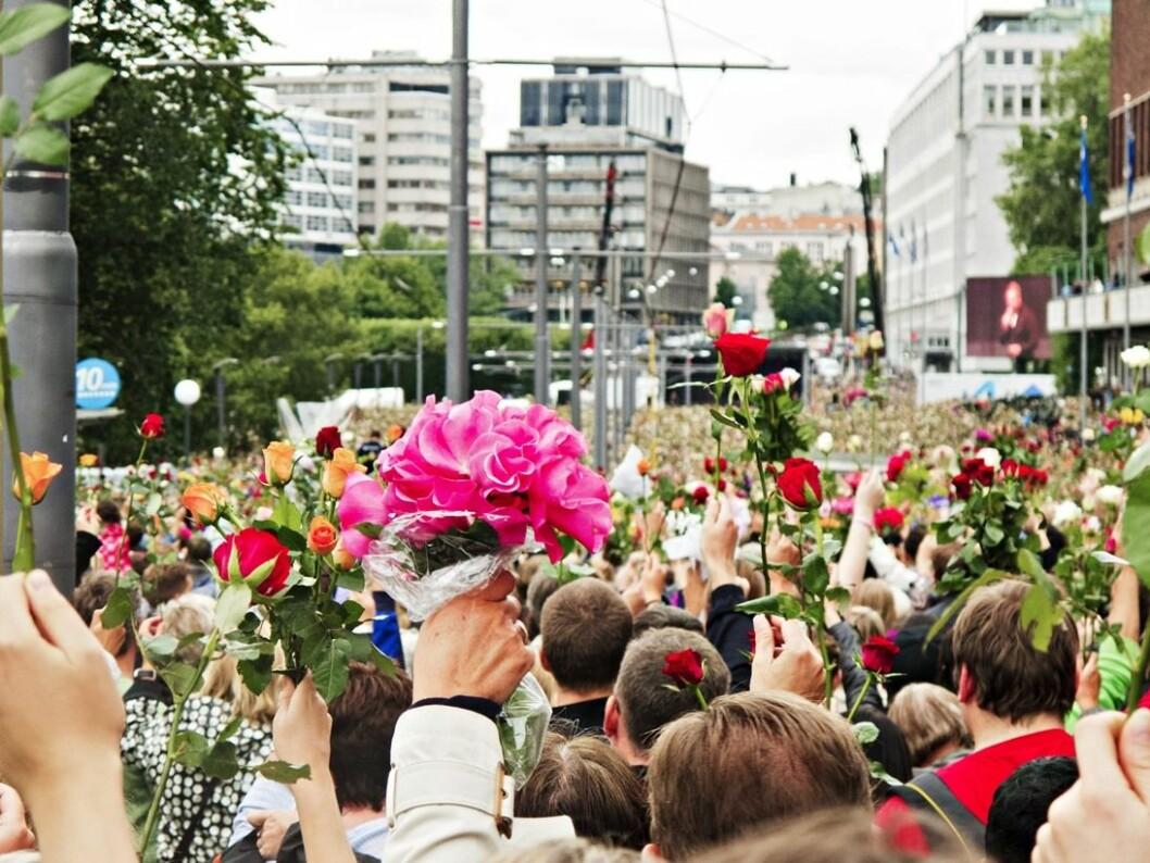 Tusenvis viste sin støtte til ofrene for terrorangrepet i rosetoget i Oslo sentrum 25. juli 2011. (Foto: Trond J. Strøm/Aftenposten)