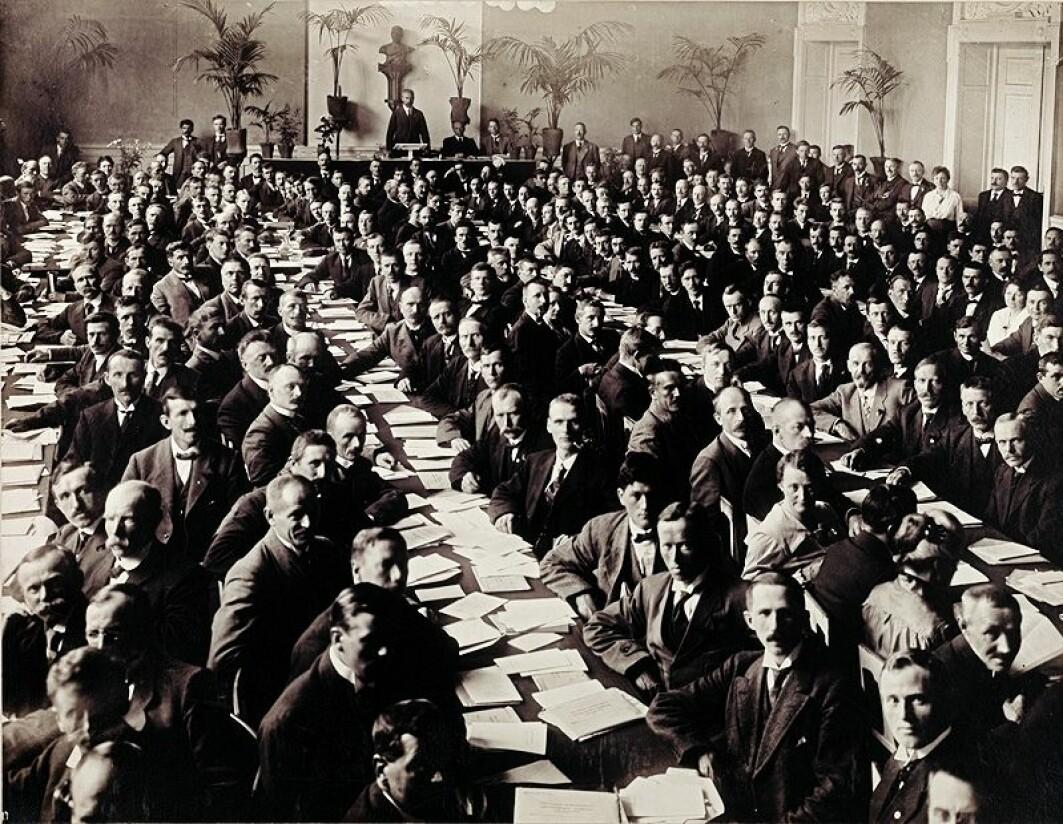 Under Arbeiderpartiets ekstraordinære landsmøte 7.-10. juni 1919 besluttet deltagerne å melde partiet inn i Den kommunistiske internasjonale.