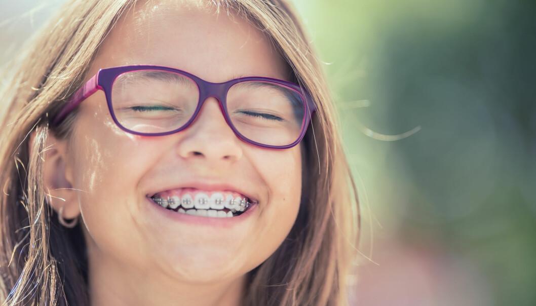Hvordan kan du beholde det fine og jevne tennene dine etter at tannreguleringen er tatt av? Det forskes det på.
