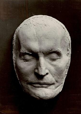 Edvard Munchs dødsmaske ble laget av et lokalt gipsfirma i Oslo i 1944. De fakturerte 70 kroner, tilsvarende rundt 1600 kroner nå. Både en anatomiprofessor og skulptør var involvert i oppdraget, ifølge Ole Marius Hylland.