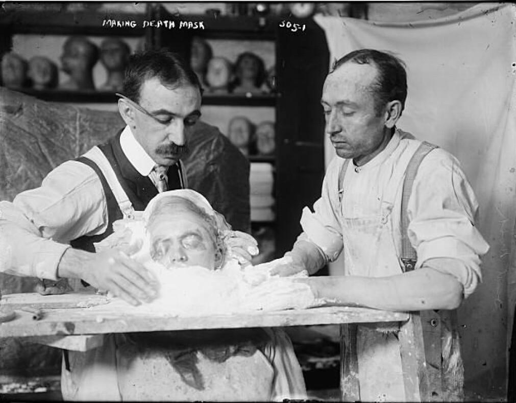 To maskeprodusenter i New York er i ferd med å lage en dødsmaske. Først ble det tatt en gipsavstøpning av ansiktet, og så ble det laget en maske, også denne av gips.