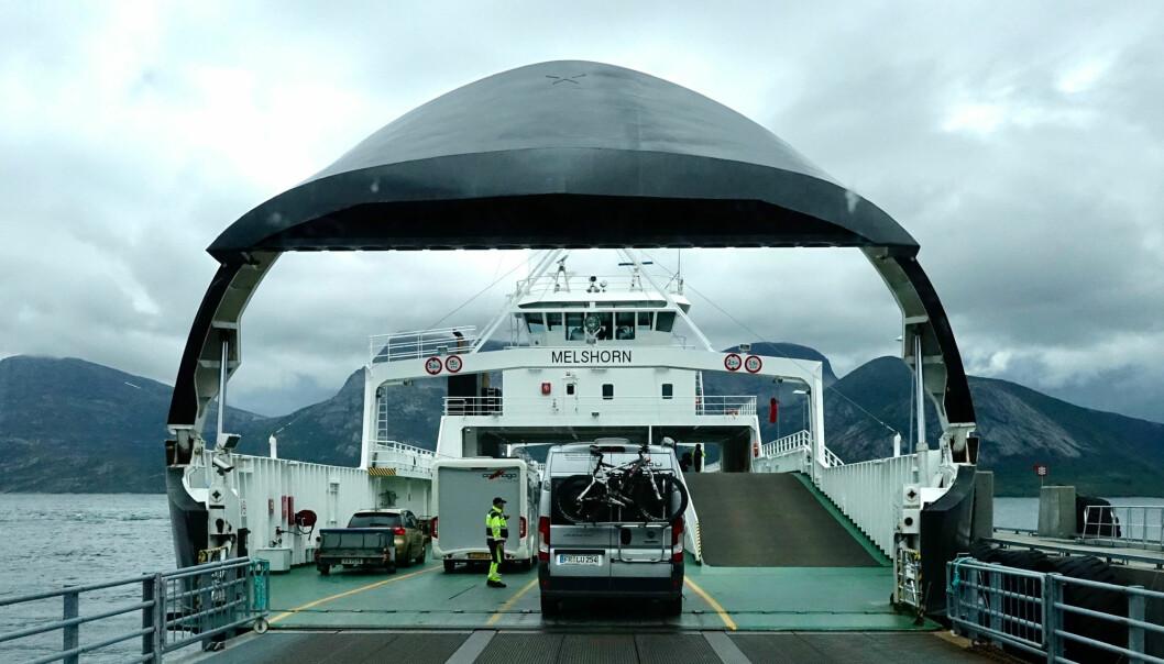 Bobiler kjører om bord i fergen Melshorn som går mellom Skarberget og Bognes i Nordland.