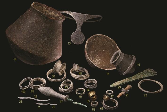 Her er flere av gjenstandene som ble funnet i graven. Dette er laget av edle metaller, og betyr sannsynligvis at det var mektige personer som ble gravlagt her.