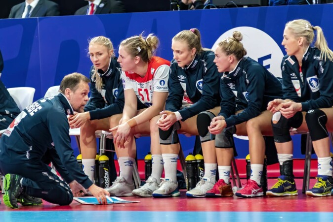 For many years the handball team has had its own internal culture in which communication and the coach-athlete relationship have been crucial. Coach Thorir Hergeirsson engaged in discussions with the players during a match against Spain at the 2018 European Handball Championships.