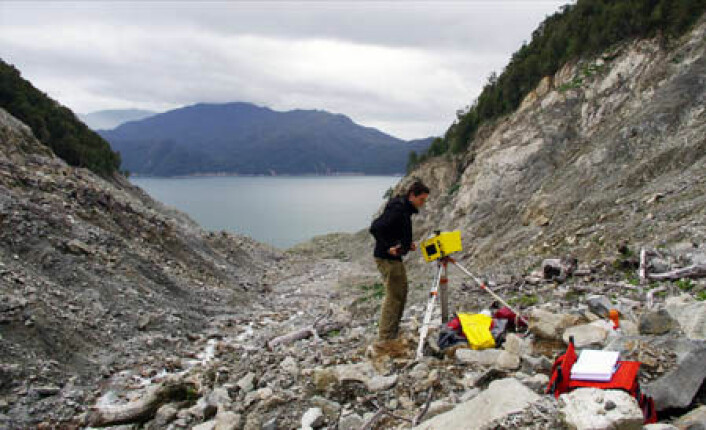 Skredforsker Thierry Oppikofer fra NGU måler volumet på massene som raste i Aysén-fjorden i 2007. Den ene skredet løsnet hele 700 meter over fjorden. (Foto: Reginald Hermanns/NGU)