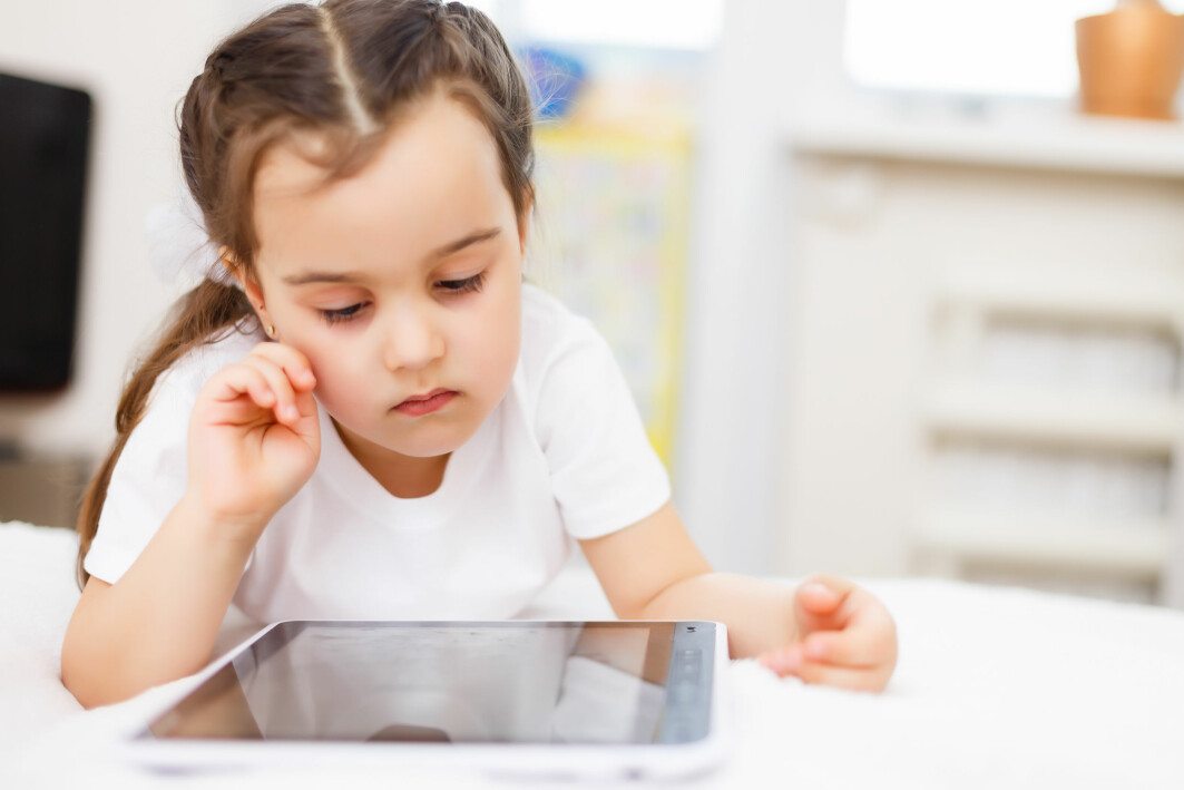 Forskning viser at den digitale enheten i seg selv, og funksjoner som ikke direkte støtter innholdet i fortellingen, forstyrrer barns forståelse av historien.