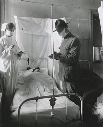 Munnbind er ikke et nytt tiltak. Det ble også brukt under Spanskesyken for hundre år siden. Bildet er tatt på et amerikansk feltsykehus november 1918.