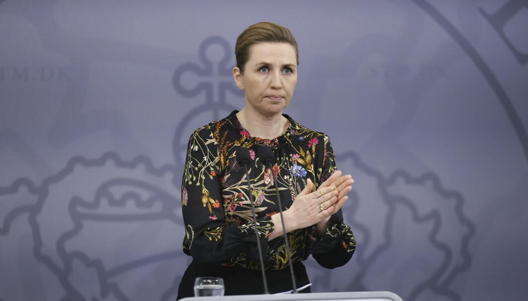 Statsminister Mette Frederiksen bekrefter at bruken av AstraZenecas vaksine stilles i bero mens man skaffer en oversikt over mulige alvorlige bivirkninger.