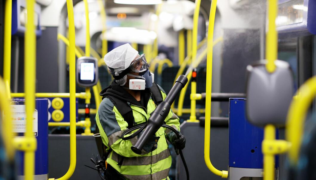 Både i Norge og resten av verden har vi desinfisert iherdig i over et år. Her fra T-banen i Oslo i april 2020.