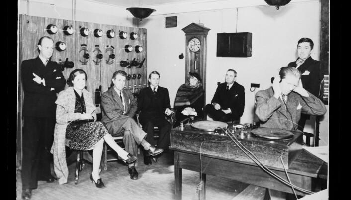 Dette bildet fra et radiostudio i NRK er fra 1938. Det viser godt at settingen var svært formell - man gikk ikke inn i et radiostudio i hverdagsklær.