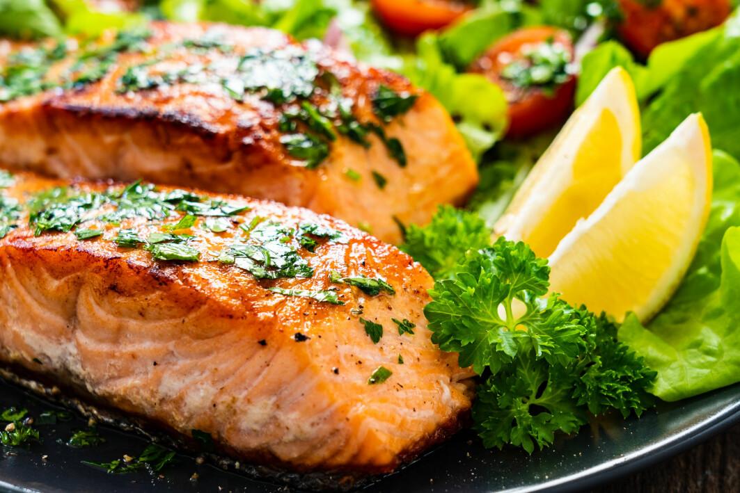 Norsk laks er ofte det som serveres på svenske middagsbord. Men mange er skeptiske til den. Nå har forskere gransket den vitenskapelig