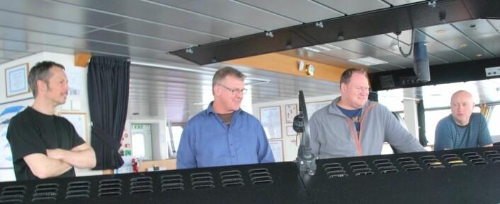 Etter å ha svingt rundt i havet en god stund, føles det godt å endelig ha fått sild. Fra venstre Geir Huse, kaptein Preben Vindenes, Aril Slotte og Webjørn Melle. (Foto: Hanne Østli Jakobsen)