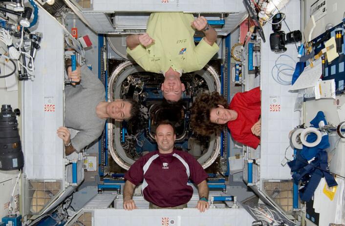 Internasjonalt kameratskap i rommet: NASA-astronautene Ron Garan (nederst) og Cady Coleman, ESA-astronaut Paolo Nespoli (t.v.) og den russiske kosmonauten Alexander Samokutajev poserer ombord på den internasjonale romstasjonen 16. april 2011. (Foto: NASA)