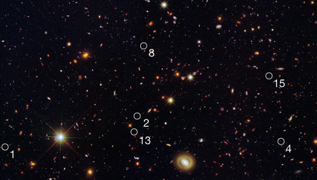 I GOODS-feltet har Hubble-teleskopet fotografert mange dverggalakser som tenner nye stjerner i et forrykende tempo. De fyrrige dvergene er markert med ringer og nummer. NASA, ESA, A. van der Wel (Max Planck Institute for Astronomy), H. Ferguson and A. Koekemoer (Space Telescope Science Institute) og the CANDELS team