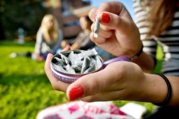 31 prosent av utvalget oppgir at de snuser regelmessig, 15 prosent at de gjør det daglig. (Illustrasjonsfoto: Sirus/Nye bilder)
