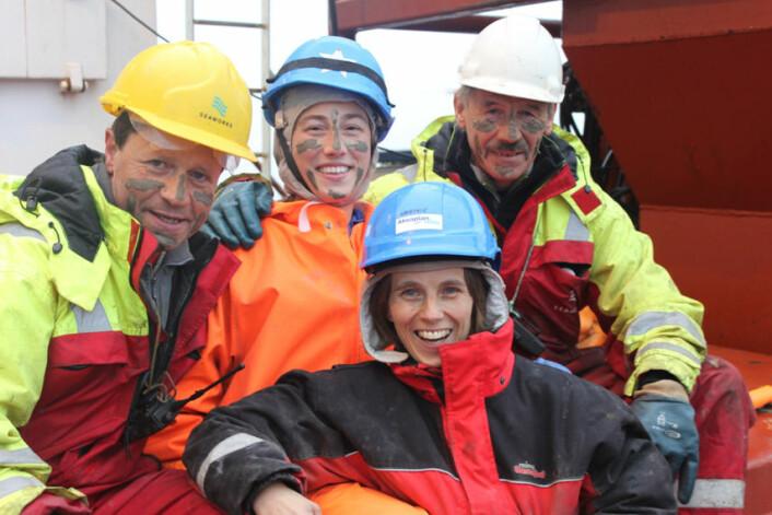 På tokt i Barentshavet sommeren 2010. Bak, fra venstre: Ove Olsen, Ida Dahl Hansen, Stein-Gunnar Wang. Foran: Sabine Cochrane. (Foto: Akvaplan-NIVA)