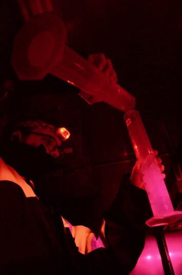 Å jobbe med DNA er sensitivt. Derfor måler vi vann fra smeltet iskjerner i et kjølerom i mørket. Det er viktig å måle mengden vann man filtrerer både før og etter, kanskje gir det oss et lite hint om hvor mye liv det er?