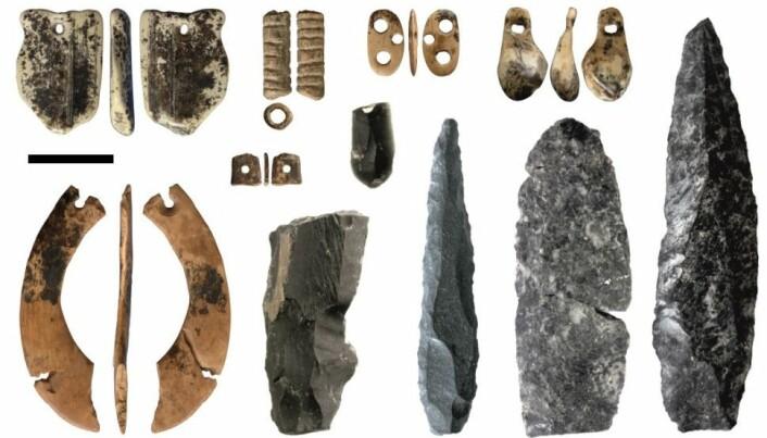 Disse tingene er fra Denisova-hulen i Sibir. Ifølge forskernes tester, kan de være mellom 50 000 og 35 000 år gamle.