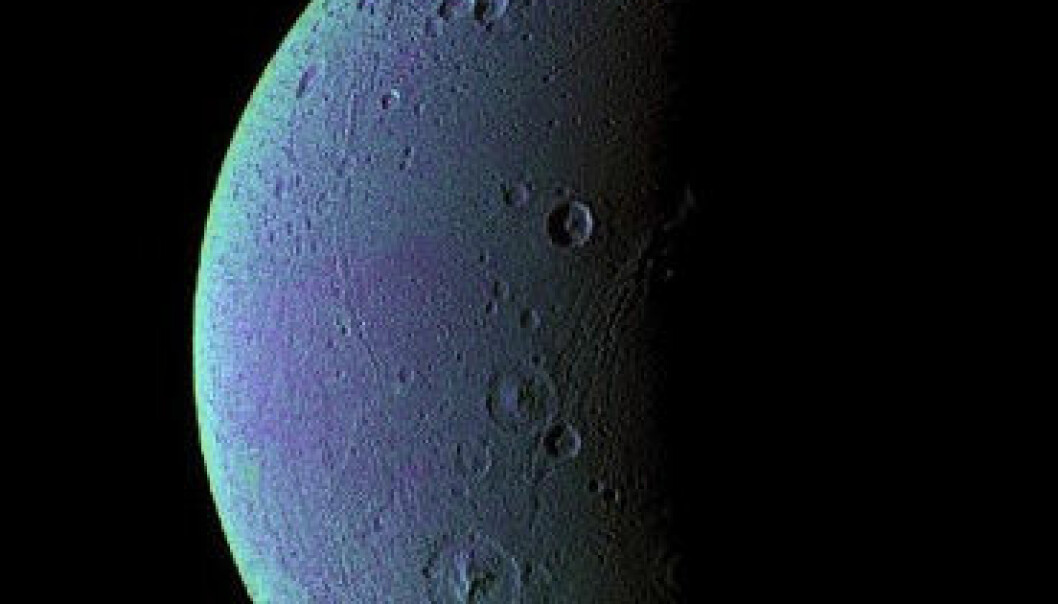 Saturnmånen Dione sett frå romsonden Cassini. Foto: NASA/JPL/Space Science Institute