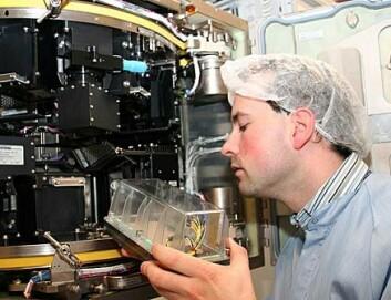 """""""Et vekstkammer settes inn i en kopi av mikrodrivhuset. Foto: Rom romsenter."""""""