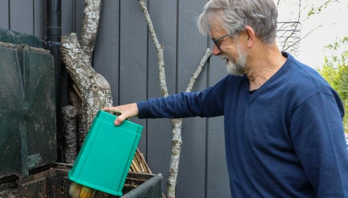 Hvoslef-Eides ektemann Odd Arne Rognli, som også er professor i plantevitenskap, er komposteringseksperten i familien. Han forteller at omdanningsprosessen produserer så mye varme at det hender at det ryker av dunken om vinteren.