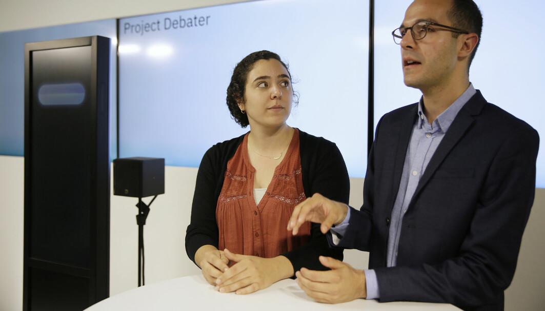 Noa Ovadia og Dan Zafrir er to av de som har debattert mot Project Debater. Den kunstige intelligensen framstilles som en svart, avlang firkant på scenen, og den prater med kvinnestemme. Denne debatten foregikk i 2018, og forskerne har nylig publisert en studie i Nature.
