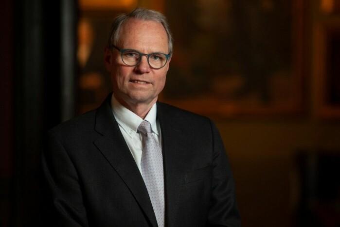 – Vi må utvikle rettslige virkemidler som gjør at det straffer seg å handle kortsiktig og lønner seg å handle til fordel for miljøet, sier Hans Petter Graver, jusprofessor og preses i Det Norske Videnskaps-Akademi.