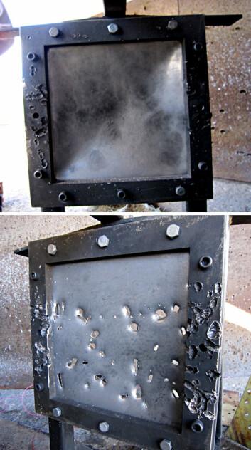 Sprengstoff uten stålbeholder har gjort liten skade på den øverste platen. Sprengstoff i stålbeholder: Fragmenter fra beholderen har ødelagt den nederste platen. (Foto: Knut Rakvåg)