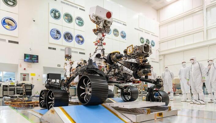 Slik så roveren ut før den ble sendt ut i rommet på vei til Mars. Her kan du se hjulene og fjæringssystemet.