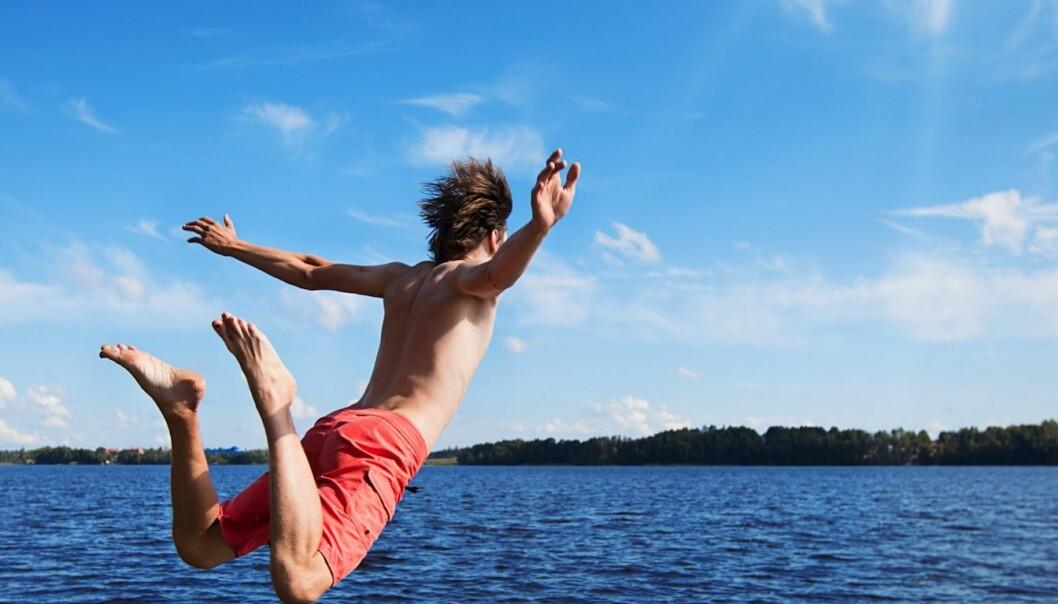 Vann er herlig, men kan også være farlig. Derfor er det viktig å lære seg å svømme i virkelige situasjoner, mener forskere.