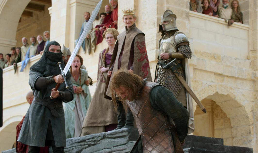 Bildet viser en scene fra første sesong av Game of Thrones på HBO. (HBO via AP)
