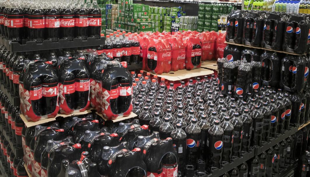 Laboratorieforsøk har vist en uheldig virkning av kunstig søtningsmidler på tarmbakterier. Bildet viser Coca Cola original og uten sukker, Pepsi Max på en butikk i Oslo. Foto: Terje Pedersen / NTB