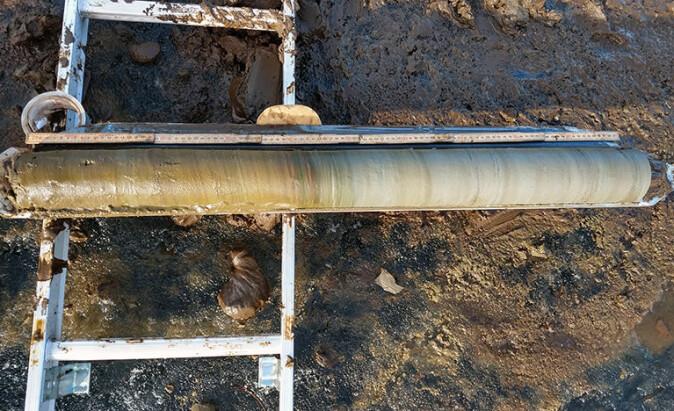 Slik ser en kjerneprøve ut. Denne inneholder sedimenter som er hentet opp fra bunnen av en innsjø ved Altafjorden, og er et arkiv over hendelser bakover i tid.