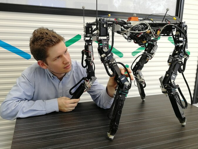 Tønnes Nygaard i Australia for å teste roboten og lære den å gå på egen hånd ute i naturen.
