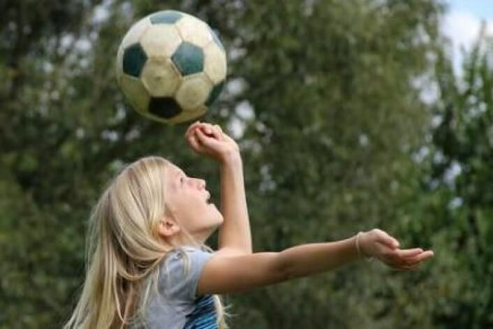 Heading er en fast ingrediens i verdens mest populære sport - fotball. Ny amerikansk forskning viser at mange og kraftige headinger kan resultere i skader på hjernen. (Foto: Colourbox)