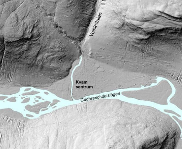 Figur 1 syner korleis Kvam-vifta ser ut i skuggelagte laserdata (målestokk 1:15.000), og korleis denne geologiske formasjonen skiljer seg ut frå terrenget rundt. (Foto: Foto; NGU/Kartverket)