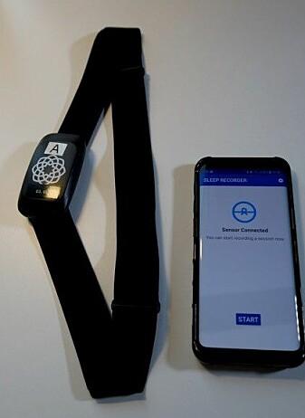 En såkalt flow-sensor måler pust og hjertefrekvens. Dette er en enklere måte å måle søvnkvalitet på.