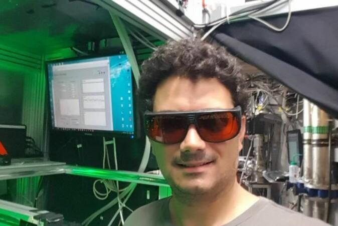 Antoine Camper i AEgIS-eksperimentet på CERN. Brillene er beskyttelse mot laserstråler.