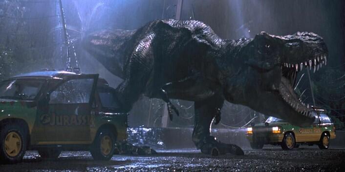 Tyrannosaurusen i Jurassic Park fikk seg på en ekstra øyebue. Det gjør at den ser morskere ut, men vitenskapelig sett er det helt på trynet. (Foto: (Bilde: UIP))