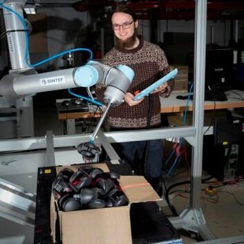 Forsker Sigurd Albrektsen med roboten i laben. (Foto: Åse Dragland/Sintef)