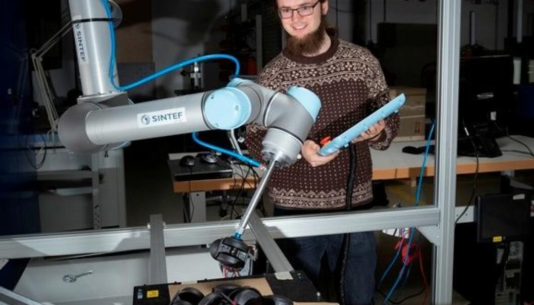 Forsker Sigurd Albrektsen med roboten i laben. Åse Dragland/Sintef